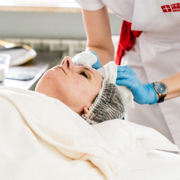 Kobieta podczas zabiegu leczącego trądzik i zwężającego pory