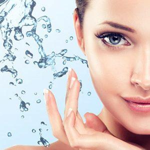 Portret uśmiechniętej kobiety z kroplami wody