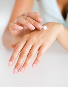 Pamiętaj o częstym nakładaniu kremów silnie nawilżających na dłonie.
