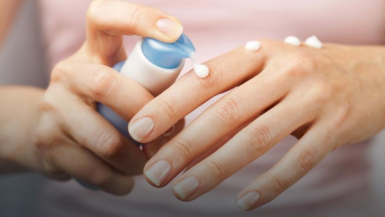 Nawilżanie skóry dłoni kremem do rąk