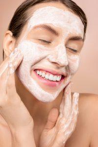 Kobieta oczyszczająca skórę
